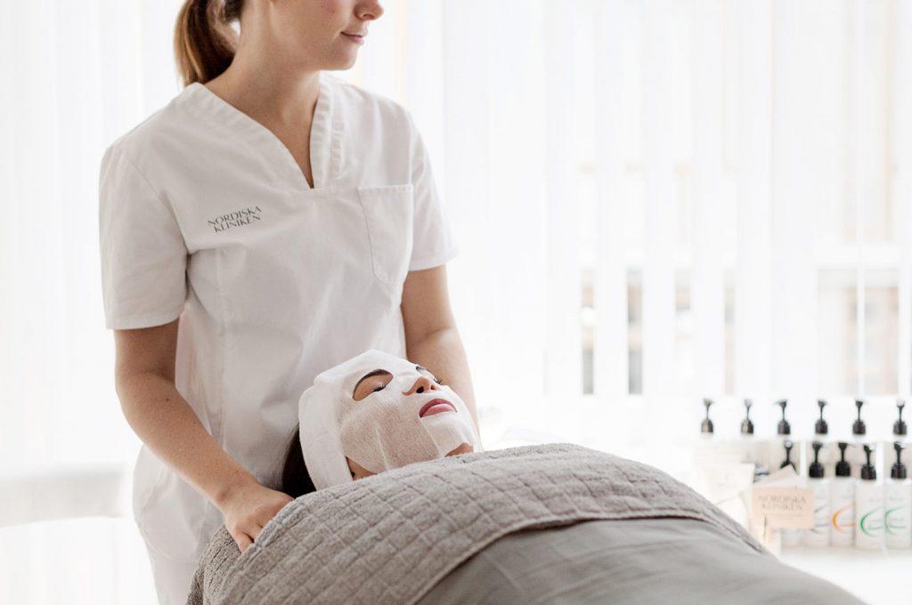 Ansiktsbehandling med ansiktsmask utförd av hudterapeut