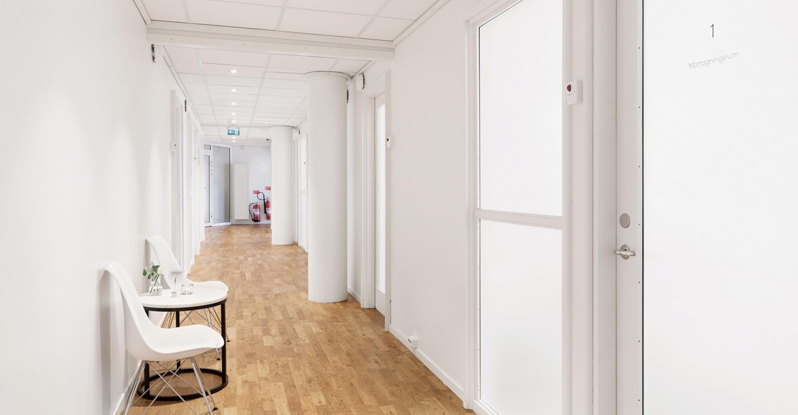 Korridor med behandlingsrum på Nordiska Kliniken Sergels Torg