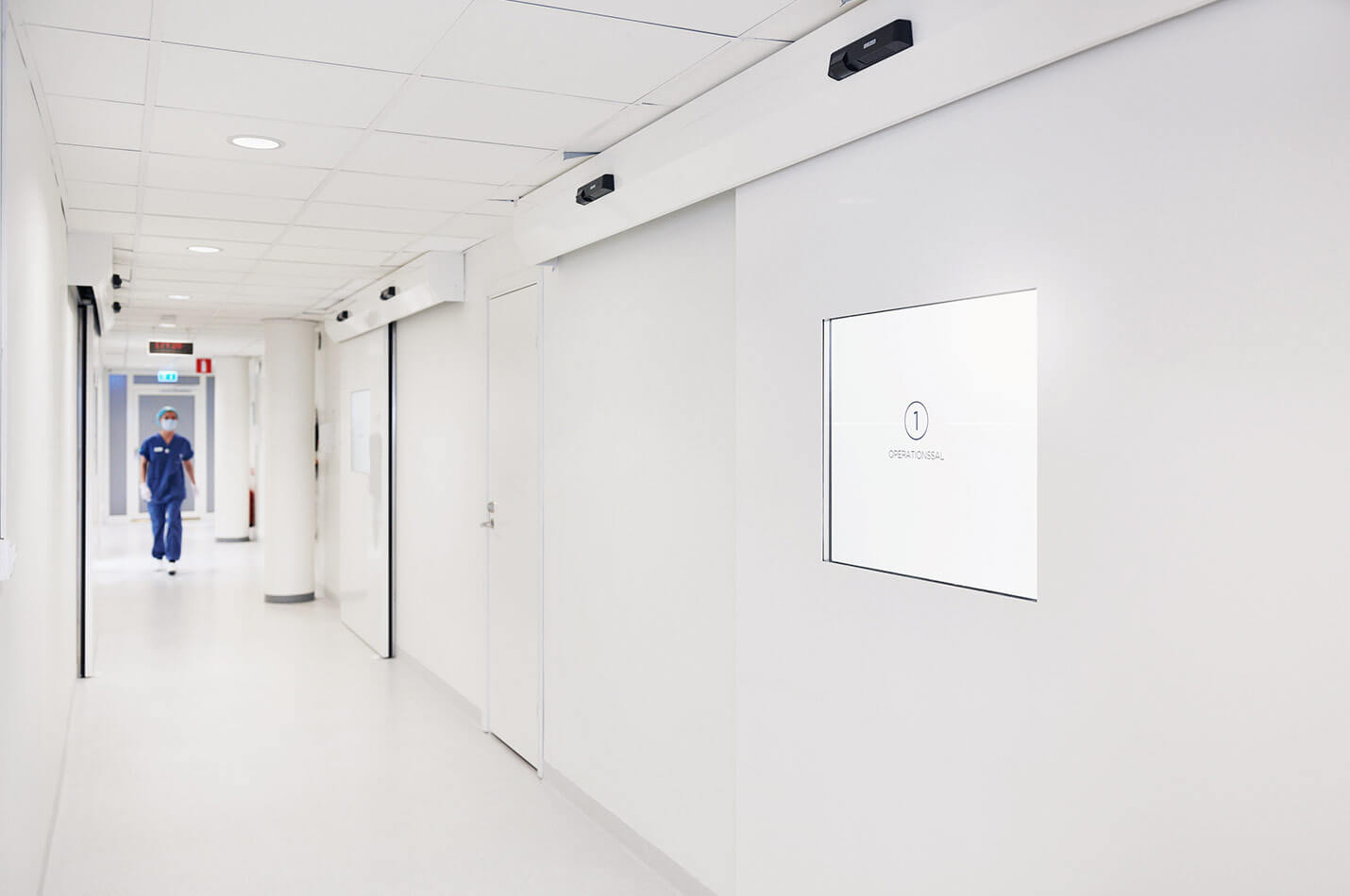 Plastikkirurg i korridor på Nordiska Kliniken