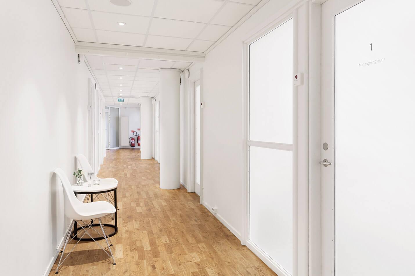 Stolar i korridor utanför behandlingsrum på Nordiska Kliniken