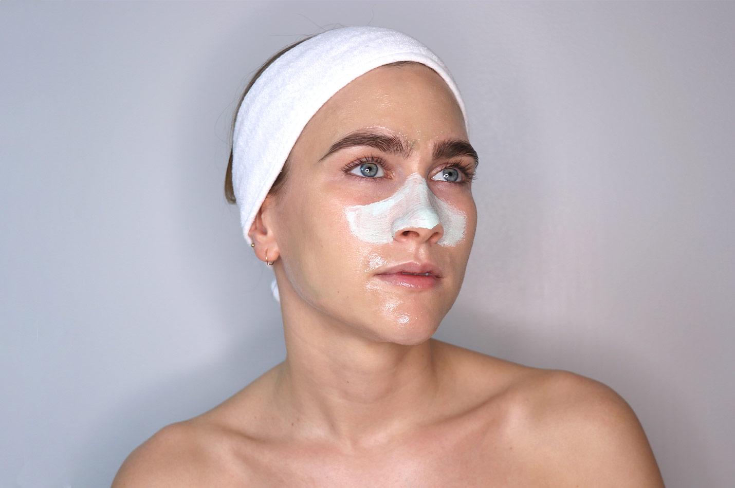 Kvinna använder ansiktsmask
