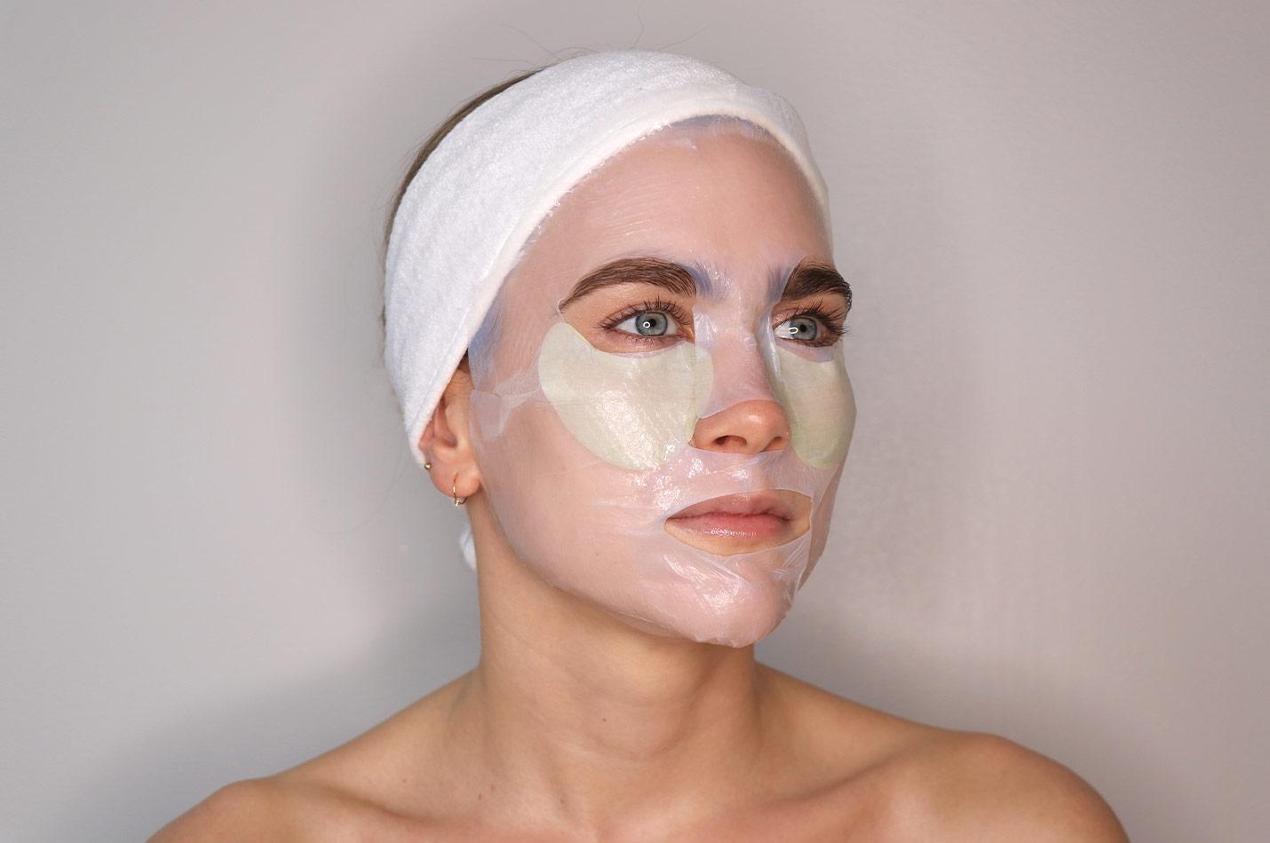 Kvinna med ansiktsmasker